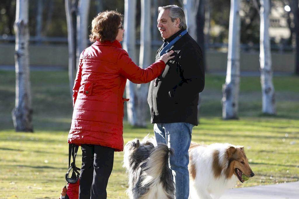 Alberto Fernández paseó a su perro durante la mañana. Crédito: Télam