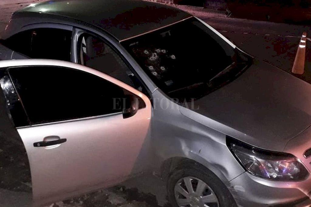Los impactos en el vehículo donde estaba Leuchuk dan una clara idea de la criminal acción. <strong>Foto:</strong> El Litoral
