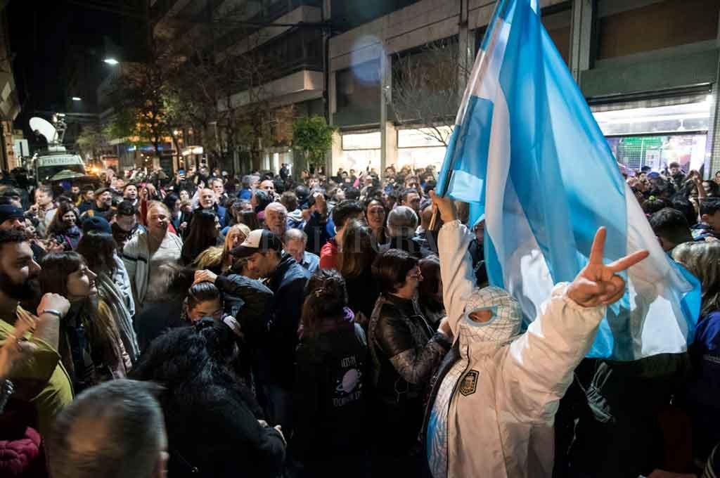 El festejo frente al bunker del peronismo en Rosario. <strong>Foto:</strong> Marcelo Manera.