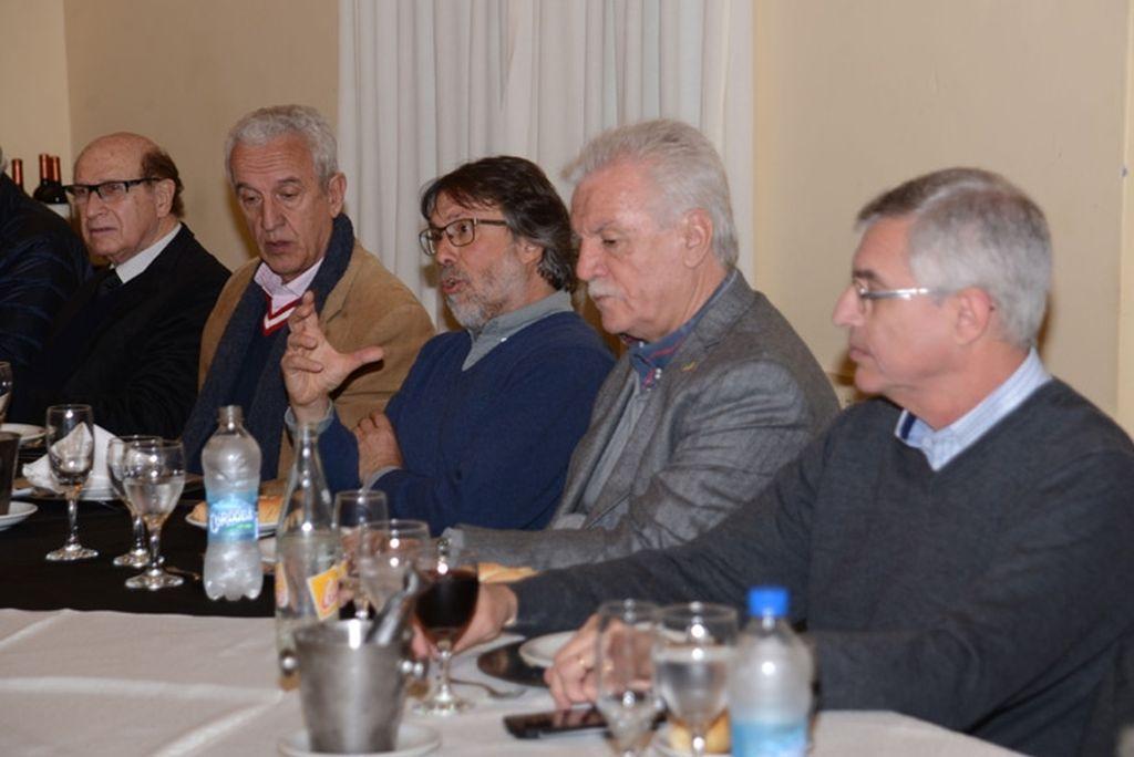 Cena. Directivos de ADE junto al Dr. Norberto Nigro, presidente del PTLC. <strong>Foto:</strong> Gentileza