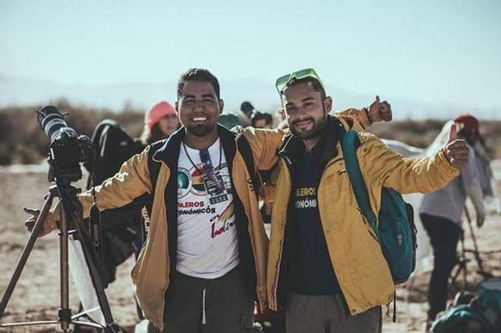 """Locos por el Universo. Bryant González y Pablo Urrea llevan adelante esta experiencia que combina lanzarse a la aventura del viaje """"a dedo"""" para divulgar los secretos del cielo por todos lados. Estarán en la ciudad una semana. Crédito: Gentileza"""