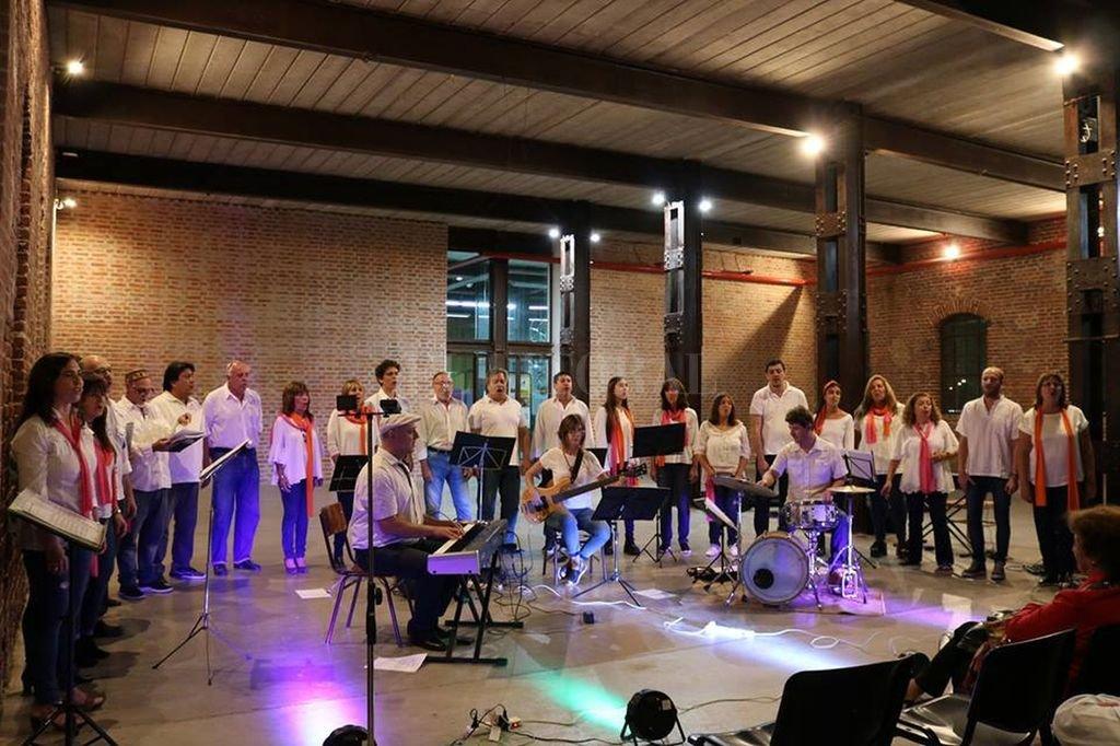 El coro dirigido por Mariano Ferrando (al piano, en la imagen), lleva dos décadas generando estas reuniones culturales de convivencia e intercambio. <strong>Foto:</strong> Gentileza ACC