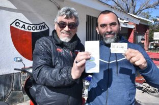 Hinchas de Colón y Zulia juntos comprando entradas