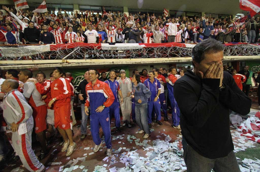 Uno de los momentos inolvidables de la carrera de Darío Kudelka: la noche del ascenso ante Ferro en 2011. En plena emoción, la foto fue tomada a pocos segundos del pitazo final. Crédito: Pablo Aguirre