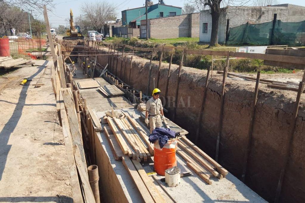 Desague clave. La obra de entubado del canal Roverano, es una de las principales encaradas por la gestión de Miguel Lifschitz en Santo Tomé. En abril había alcanzado un 70 % de avance. Su finalización será uno de los principales pedidos de Qüesta a Perotti.  <strong>Foto:</strong> El Litoral