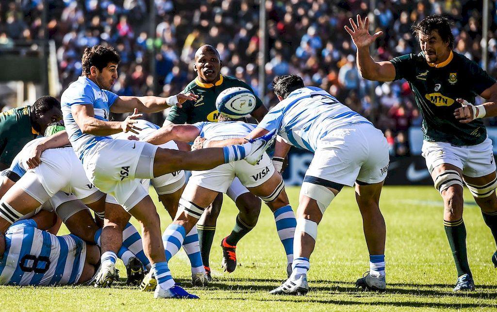 Tomás Cubelli ejecuta un kick, detrás de una formación, en el partido del sábado pasado en la capital salteña, antes que llegue la presión sudafricana.  <strong>Foto:</strong> Gentileza SARU