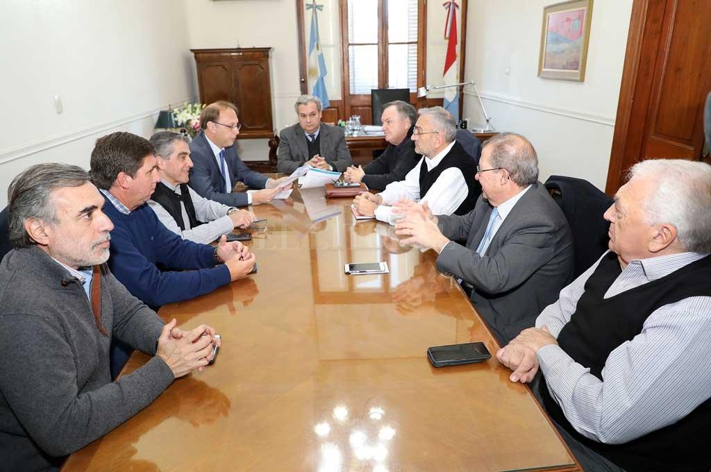 El ministro de Gobierno Pablo Farías y su par de Economía Gonzalo Salglione recibieron a un grupo de senadores de la oposición y el oficialismo. <strong>Foto:</strong> Gentileza