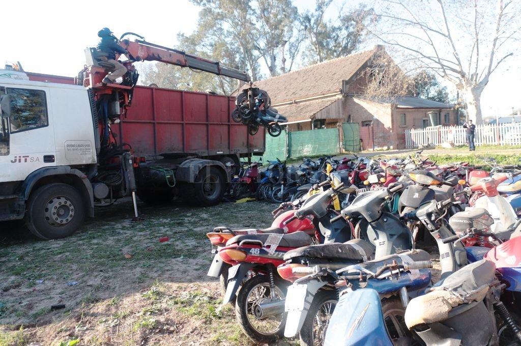 El año pasado se retuvieron alrededor de 1.300 motovehículos por infracciones estipuladas en el Código Municipal. Las unidades compactadas nunca fueron reclamadas por sus dueños, luego de que se les remitió las correspondientes citaciones. Crédito: Gentileza