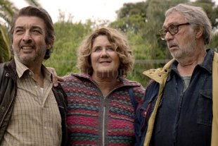 Recuperar lo perdido - Darín y Brandoni junto a Verónica Llinás, como parte de un grupo de vecinos afectados por el corralito de 2001. -