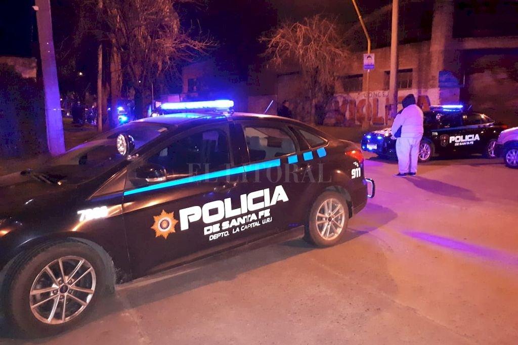 Agentes policiales cortaron las calles aledañas a Risso al 1600, mientras los investigadores trabajan en la escena del suceso. Crédito: El Litoral