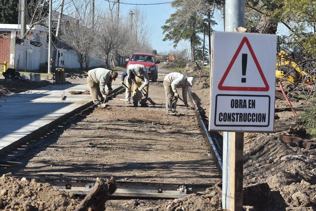 Pavimento. Está en pleno avance la pavimentación de la calle Rosaura Schweizer. Crédito: Guillermo Di Salvatore
