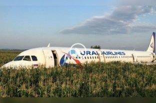 Un avión de línea ruso con 233 pasajeros debió aterrizar de emergencia en un maizal