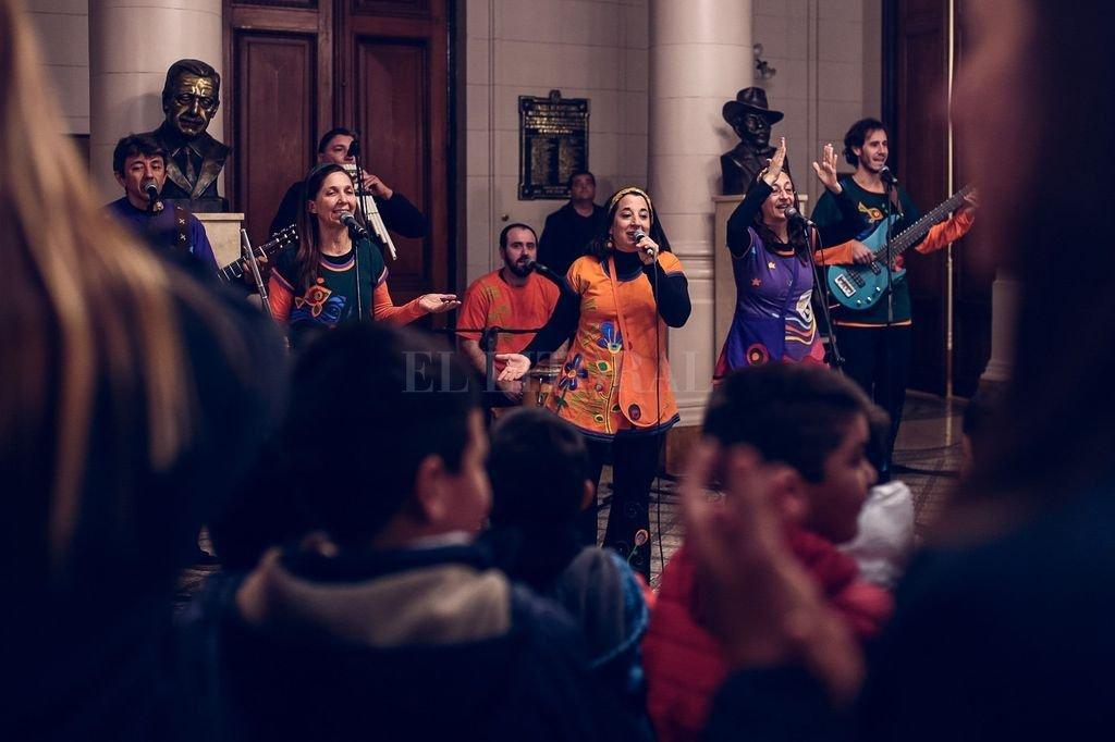 Tras la distinción, el grupo actuó en el Hall de la Legislatura ante un público integrado por niños de distintas escuelas invitadas. <strong>Foto:</strong> Gentileza Joaquín Amaduzzi