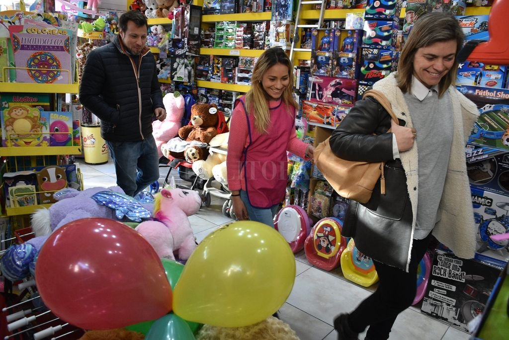 Para todos los gustos y bolsillos. Los comercios de la ciudad ofrecen una gran variedad de juguetes y precios. Crédito: Guillermo Di Salvatore