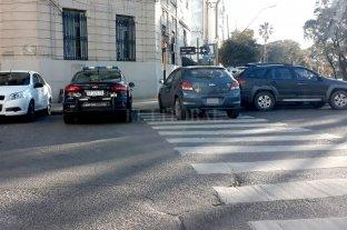 Sobre la senda peatonal, frente a la Policía y en pleno centro