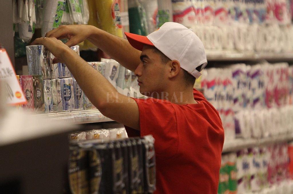 """La rebaja del IVA rige desde este sábado en los supermercados de la ciudad - """"Sin IVA"""". Los productos alcanzados por el decreto presidencial estarán identificados en la góndola con cartelería especialmente diseñada. -"""