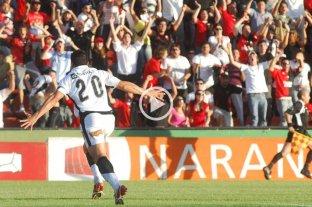 La última vez que Colón hizo cuatro goles en un tiempo fue hace 11 años  - Bichi Fuertes festejando uno de los tres goles que hizo esa jornada, hace 11 años en el Brigadier.  -