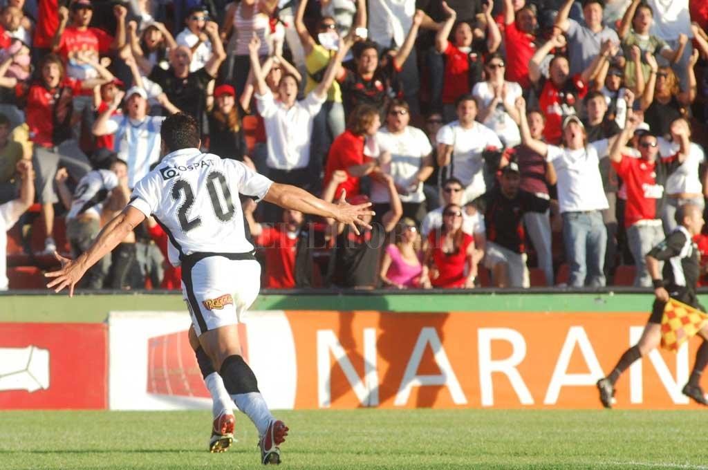 Bichi Fuertes festejando uno de los tres goles que hizo esa jornada, hace 11 años en el Brigadier.  <strong>Foto:</strong> Archivo El Litoral