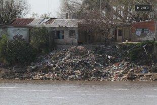 Alarmante contaminación: gran cantidad de basura en la costa de Alto Verde - Ribera. La costa y su penoso paisaje de residuos.