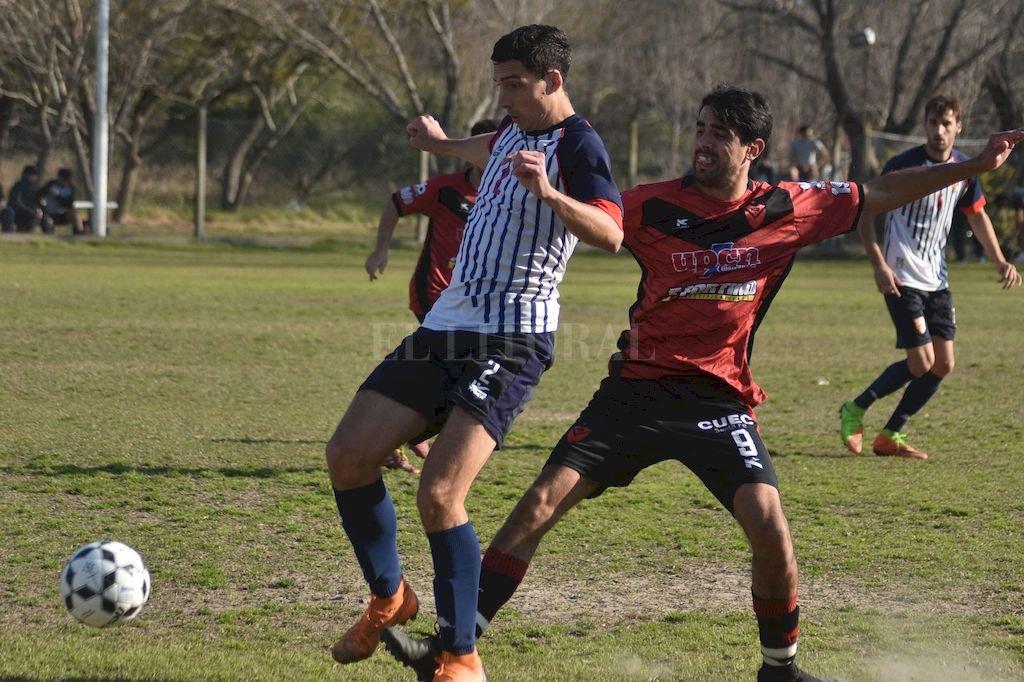 Federico Martini, el defensor central de Ateneo, marcó un buen gol de tiro libre cuando se terminaba la primera mitad. <strong>Foto:</strong> Luis Cetraro