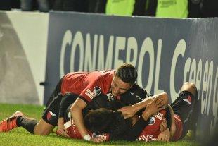 A ponerse las pilas y cumplir con la Superliga - La euforia de los jugadores de Colón en el festejo del gol del Pulga Rodríguez. Fue el segundo, que ya lo ponía en semifinales. Luego llegaron otros dos para asegurar y consumar la goleada. Ahora hay que pensar en la Superliga. -
