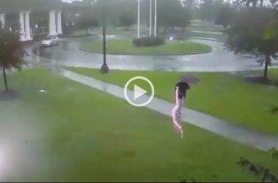 Video: Caminaba tranquilamente, le cayó un rayo al lado y salvó su vida de milagro