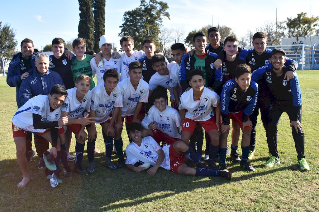 Nadie se quiso perder la foto. Plantel completo y cuerpo técnico de la Liga Santafesina e Fútbol. <strong>Foto:</strong> Prensa Liga Paivense