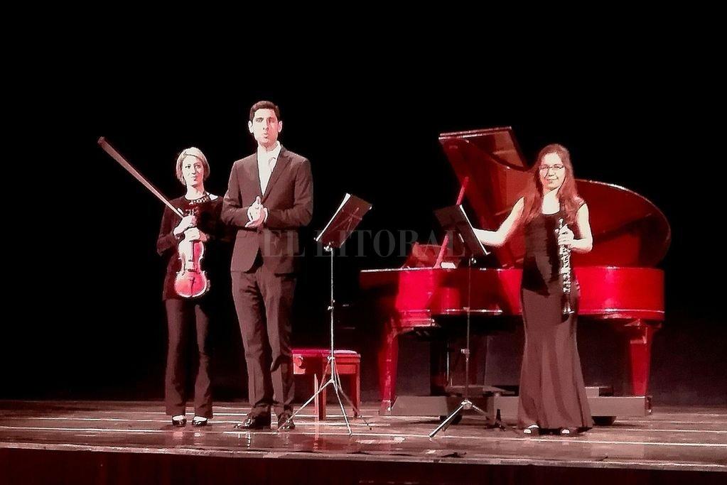 La violista Huayra Lihué, la clarinetista Constanza Malatesta y el pianista Santiago Rojas Huespe abordaron obras de Max Bruch, Gian Carlo Menotti y Dimitri Shostakovich. <strong>Foto:</strong> L.S.