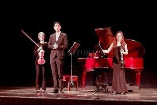 Forma y diálogo - La violista Huayra Lihué, la clarinetista Constanza Malatesta y el pianista Santiago Rojas Huespe abordaron obras de Max Bruch, Gian Carlo Menotti y Dimitri Shostakovich. -