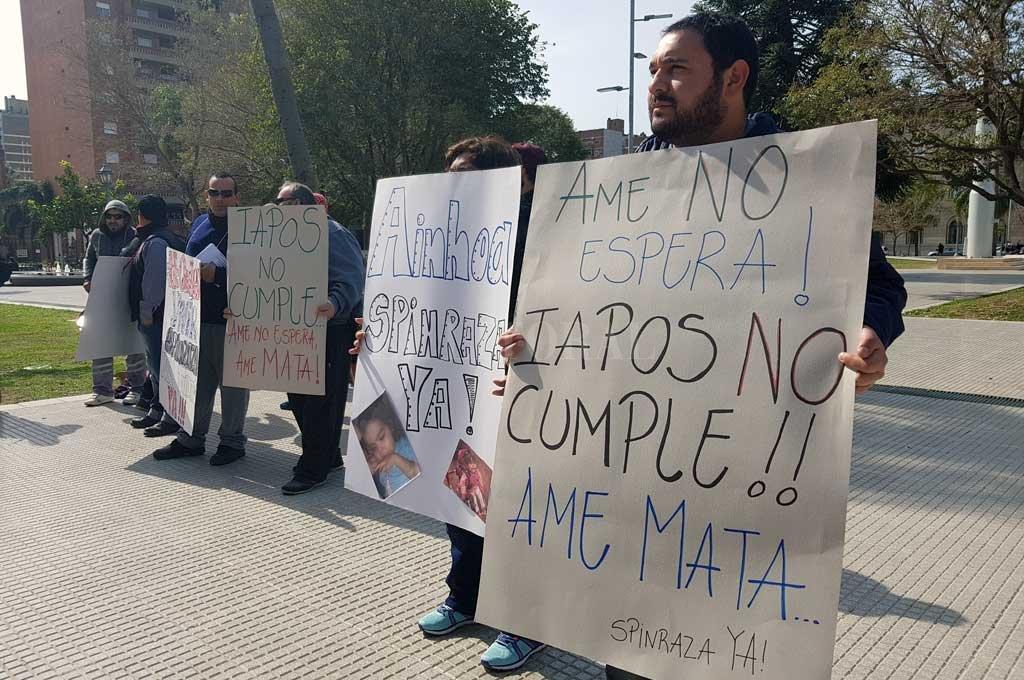 Familiares de Ainhoa se manifestaron el pasado jueves 15 en las puertas de Tribunales. Al día siguiente hicieron lo mismo en la sede de Iapos. Crédito: Archivo El Litoral