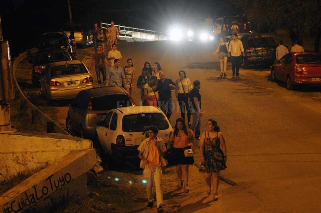 Descontrol. Iluminación deficiente, ausencia de policías y de ambulancias, descontrol vehicular; algunos de los males que se observan en la zona de boliches en el acceso a Alto Verde. Crédito: Archivo El Litoral