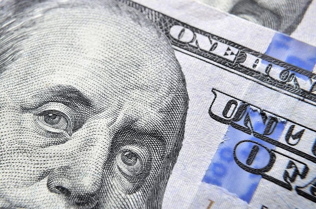 El dólar abre estable a $57,39