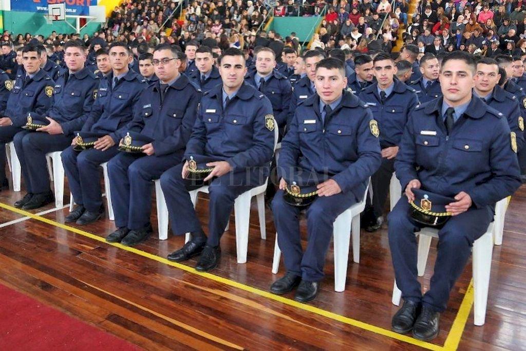 Aspirantes. Luego de dos años de estudio, los estudiantes reciben su título como Auxiliar de Seguridad.  <strong>Foto:</strong> Gentileza Gobierno de Santa Fe / Archivo