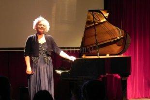 Actuará en Santa Fe una destacada pianista italiana - Cinzia Bartoli, quien ya ha realizado varias giras de conciertos por nuestro país y ahora extenderá su gira por la provincia de Santa Fe, nació en Savona y se graduó con honores en el Conservatorio Paganini de Génova.