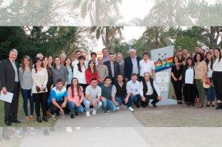 Romang celebró la declaratoria de ciudad capital del mutualismo escolar  - DIRECTIVOS Y PERSONAL DE MUTUAL ROMANG F.C. junto al monolito inaugurado en la plaza central de la localidad. -
