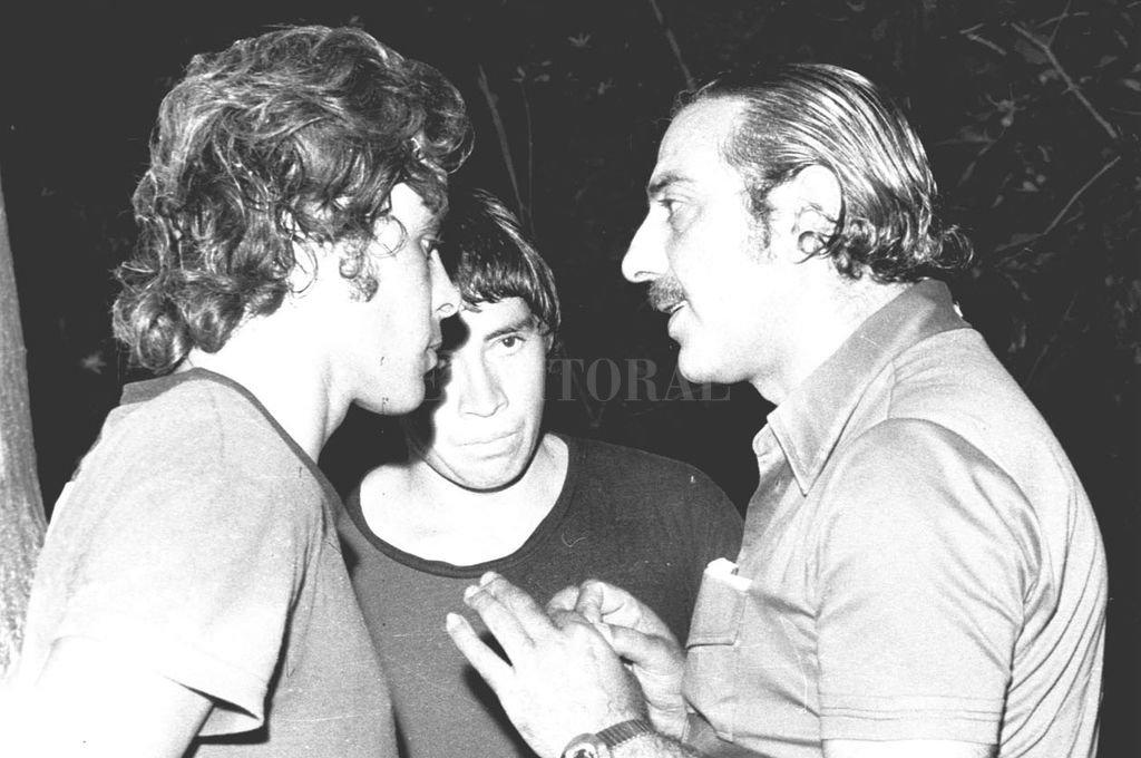 Fútbol puro... El Gitano Juárez les explica algo a Cococho y Carlitos López. Cualquier cosa menos qué es lo que podían hacer con esas zurdas privilegiadas que ubicaban a Colón, en ese 1975, como uno de los equipos que mejor jugaba en el país. <strong>Foto:</strong> Archivo El Litoral