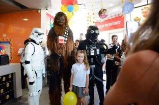 """Los """"Star Wars solidarios"""", en la ciudad: por una sonrisa de los chicos del Alassia - Con sus atuendos que son réplicas de los personajes de la saga, los jóvenes visitaron la ciudad por un evento solidario. -"""