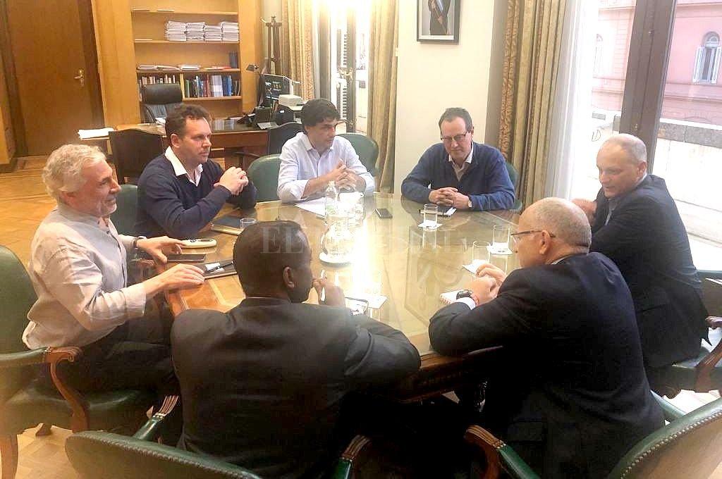 Encuentro realizado este sábado por la tarde entre los representantes del gobierno argentino y los técnicos del FMI. <strong>Foto:</strong> @fjueguen