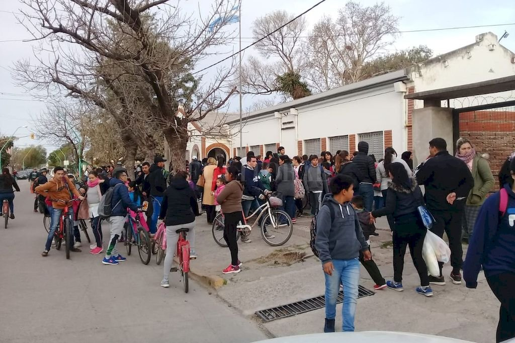 """Peligro inminente. La creación del """"corredor seguro"""" frente a la Escuela N° 140 facilitaría la salida de los miembro de la comunidad educativa, propiciando un desplazamiento más organizado. Crédito: Gentileza Escuela N° 140"""