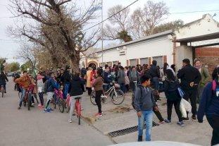 """Alumnos de tercer grado proponen un corredor vial seguro para su colegio - Peligro inminente. La creación del """"corredor seguro"""" frente a la Escuela N° 140 facilitaría la salida de los miembro de la comunidad educativa, propiciando un desplazamiento más organizado. -"""