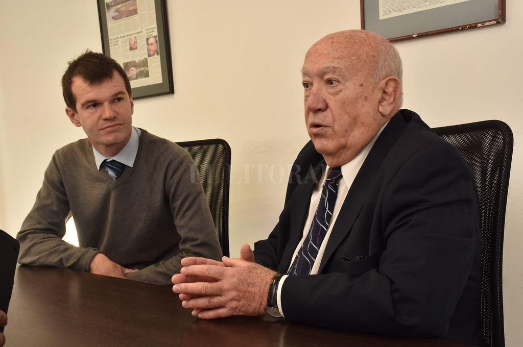 Juan José Sagardía, presidente, junto a Hernán Arenales, jefe de Comunicación de la mutual.  <strong>Foto:</strong> Flavio Raina