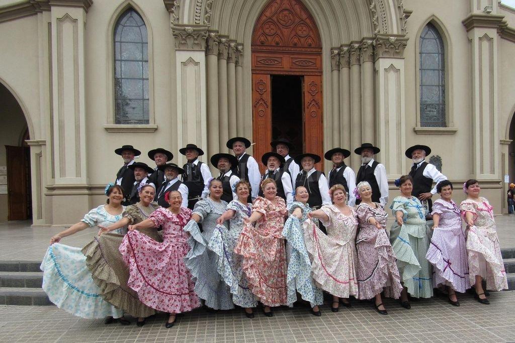 La finalidad de la formación es disfrutar de los bailes folclóricos en un ambiente ameno y luego difundirlos.  Crédito: Gentileza El Prado / Archivo El Litoral