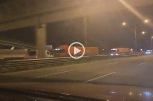 Manejaba en contra mano por la Autopista Panamericana, chocó contra un camión y murió