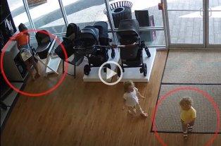 Video: Robó un cochecito de bebé y olvidó a su hijo en la tienda
