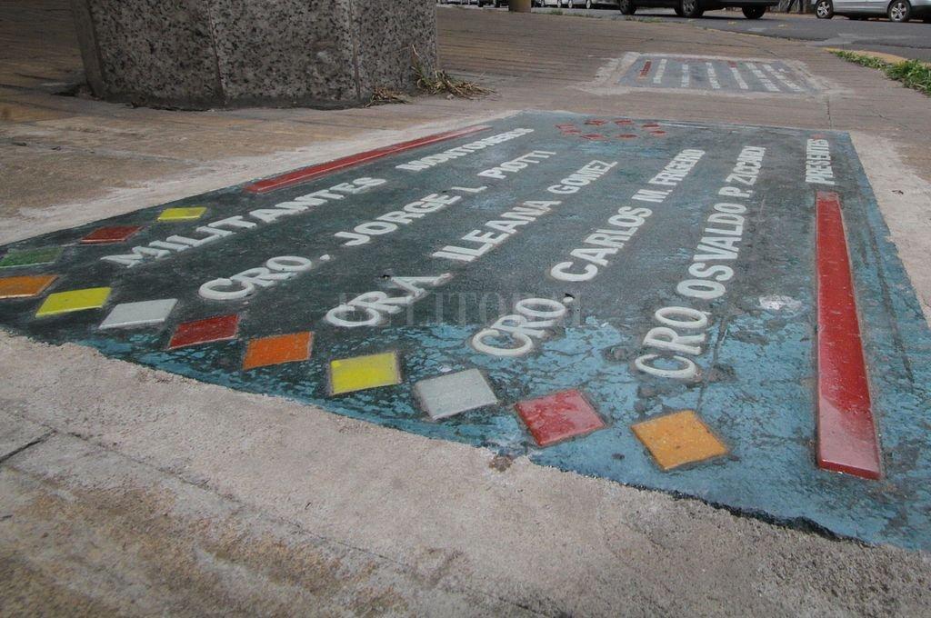 Recordatorio de la masacre colocado sobre la vereda, en la ochava de las calles Ituzaingó y Las Heras. Crédito: Archivo El Litoral