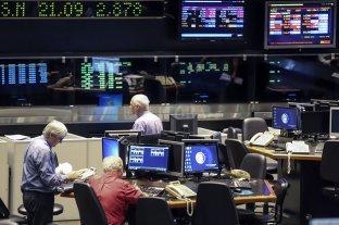 Subió el dólar, el riesgo país pasó los 2.000 puntos y cayeron acciones y bonos