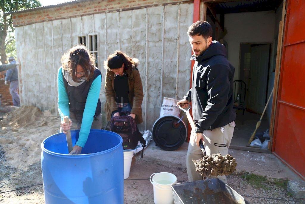 Se realizó una jornada de elaboración de biopreparados y se explicó a los productores y a la comunidad la forma de obtener biopreparados para usarlos en sus plantaciones y obtener así alimentos sanos. <strong>Foto:</strong> Gentileza