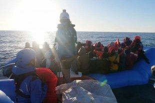 Un barco de una ONG italiana rescató a un centenar de migrantes en el Mediterraneo