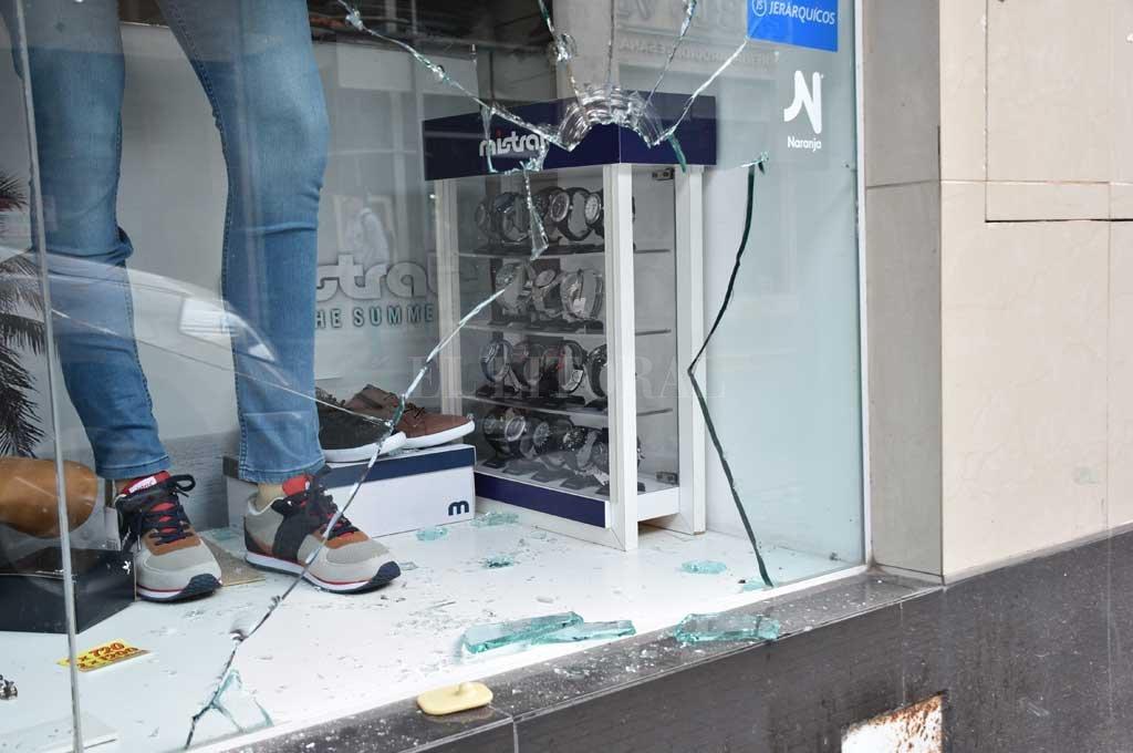 Blindex roto y elementos sustraídos en un local de ropa en calle San Martín al 1900. <strong>Foto:</strong> Flavio Raina