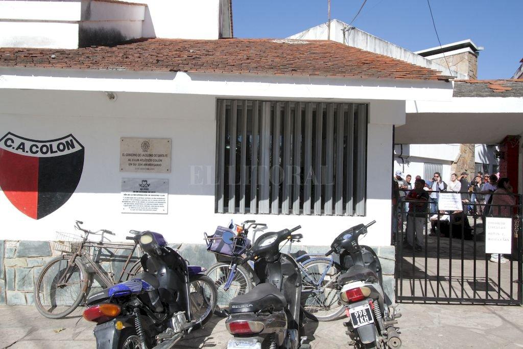 Los hinchas deberán ir a la sede a realizar el trámite. <strong>Foto:</strong> Archivo El Litoral